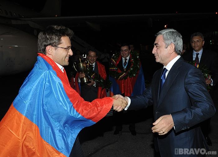 ՀՀ նախագահ Սերժ Սարգսյանը շնորհավորում է Լեւոն Արոնյանին  (Լուսանկարը` President.am-ի)